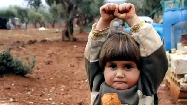 Kendisine doğrultulan kamerayı silah zanneden ve silah görünce ellerini kaldırması gerektiğini 4 yaşında öğrenmiş olan çocuk