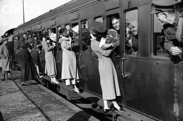 1935 yılında sevgili ya da eşlerini savaşmaya uğurlayan genç kadınlar